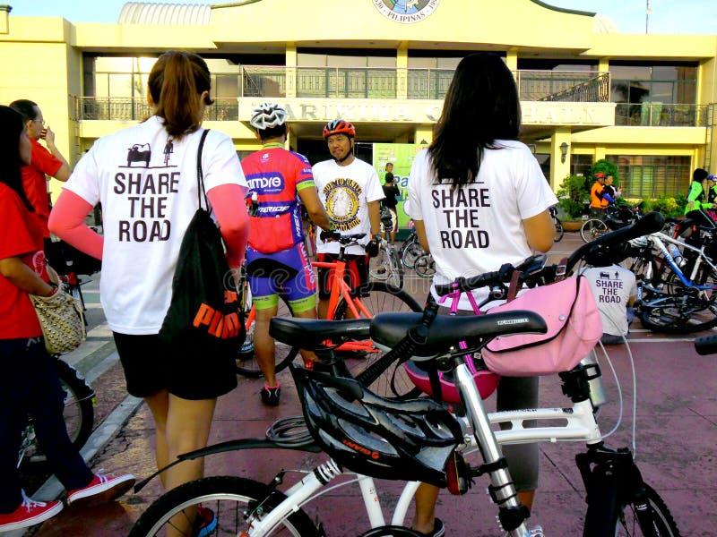 Cyklister samlar för en rolig ritt för cykel i marikinastaden, philippines royaltyfri bild