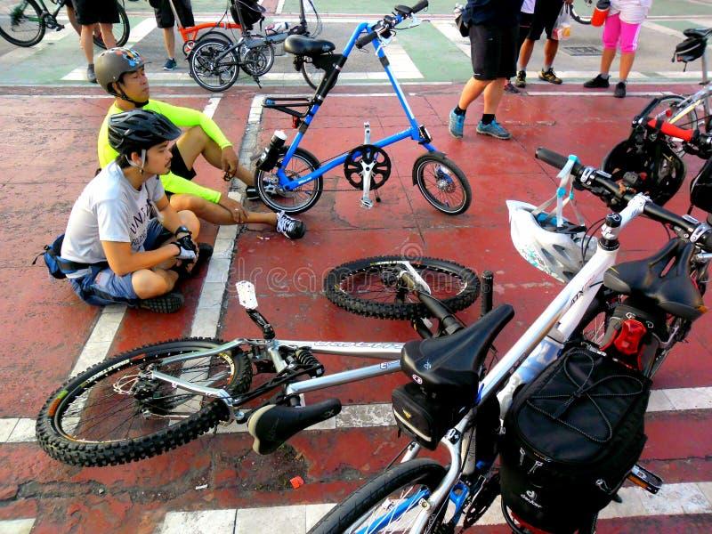 Cyklister samlar för en rolig ritt för cykel i marikinastaden, philippines arkivbilder