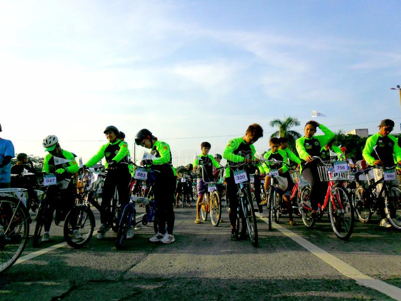 Cyklister samlar för en rolig ritt för cykel i marikinastaden, philippines arkivfoto