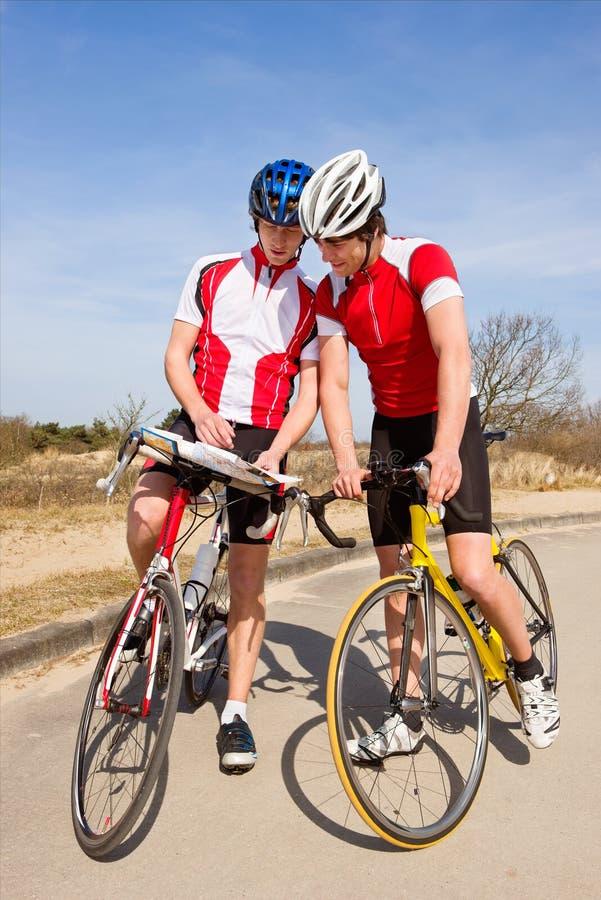 Cyklister som finner riktningar royaltyfri foto