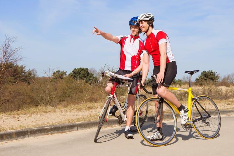 Cyklister som framåt ser arkivbild