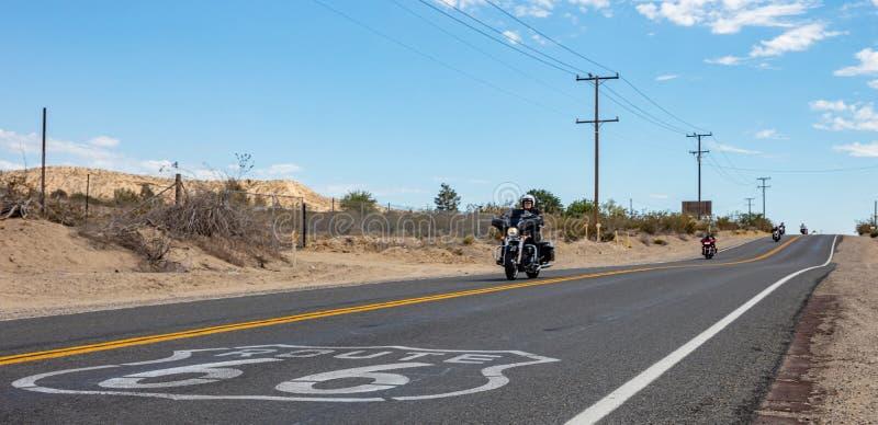 Cyklister som rider motorcyklar i historisk rutt 66, USA arkivfoto