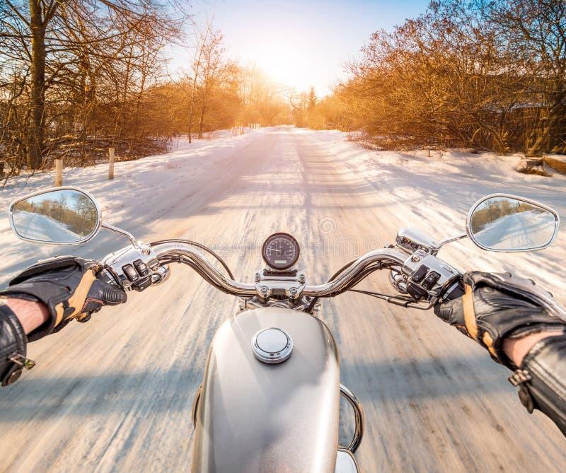CyklistFörsta-person sikt Hal väg för vinter royaltyfria foton