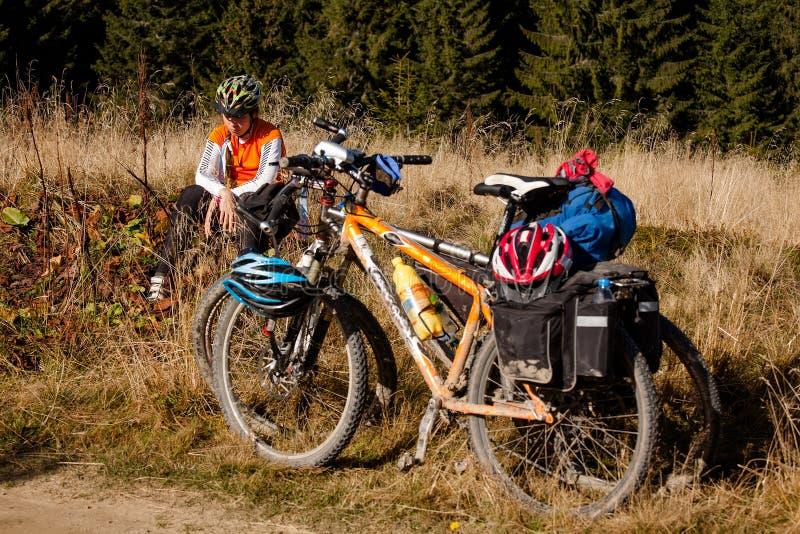 Cyklistflickan vilar under ritten royaltyfri fotografi