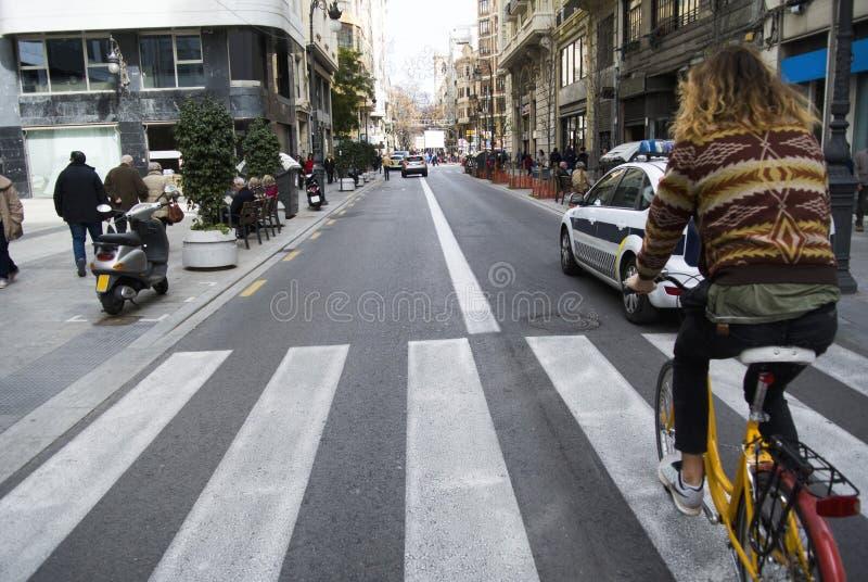 Cyklisthipsteren rider till och med den gamla staden, Valencia, Spanien royaltyfri foto