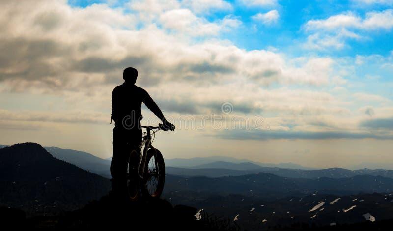 Cyklistkontur på berget royaltyfri bild
