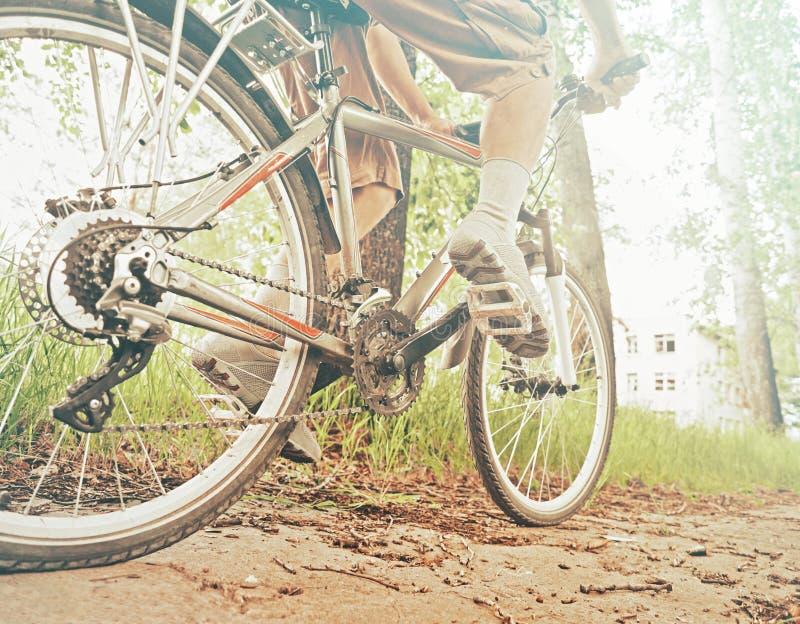 Cyklistmannen rider cykeln royaltyfri fotografi
