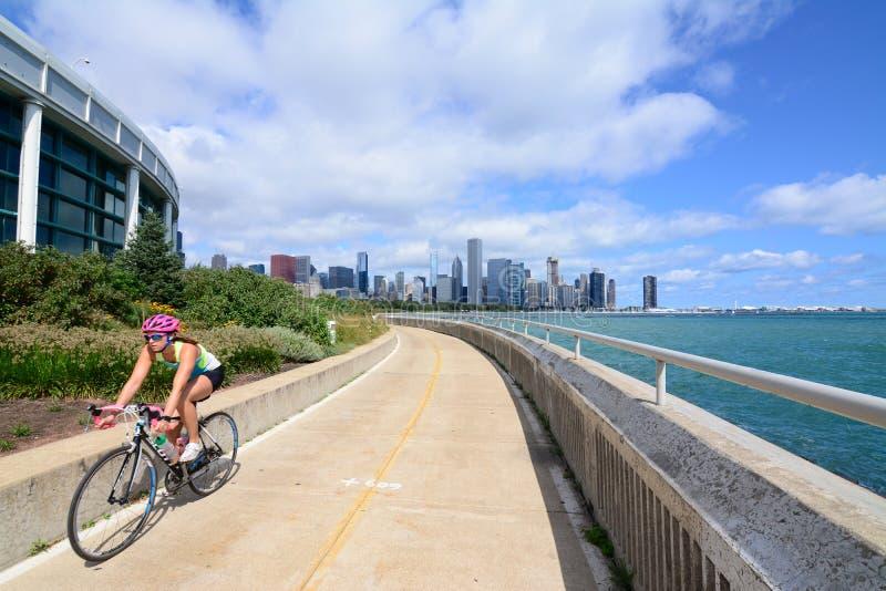 Cyklistridning längs lakefront för Chicago ` s royaltyfri bild