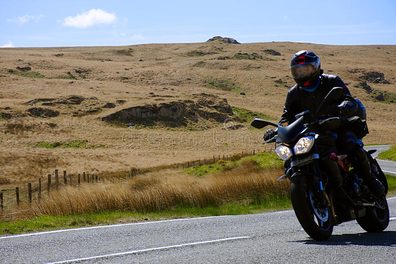 Cyklistridning på den lantliga vägen royaltyfria foton