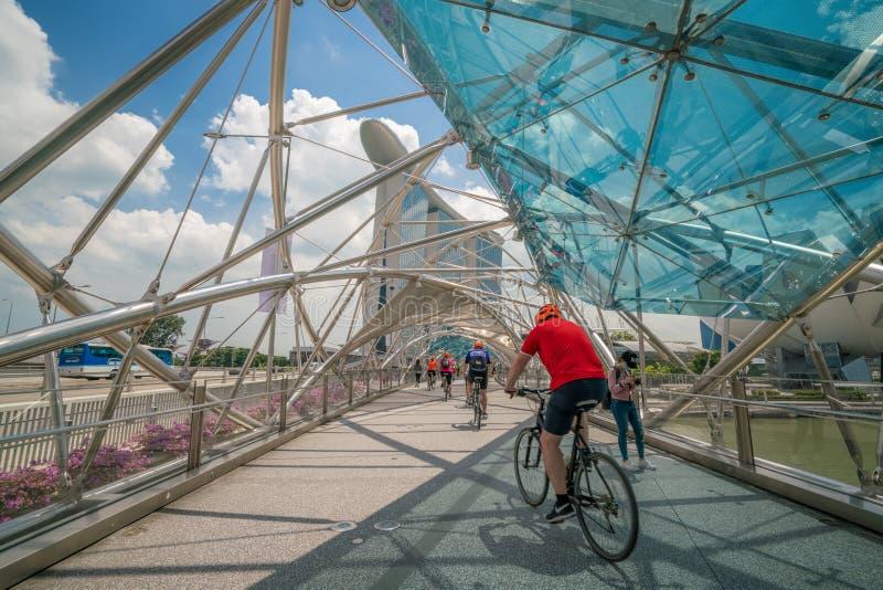Cyklistridning på spiralbron i Marina Bay, Singapore arkivfoto