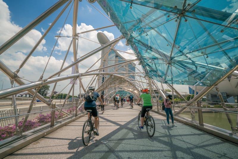 Cyklistridning på spiralbron i Marina Bay, Singapore fotografering för bildbyråer