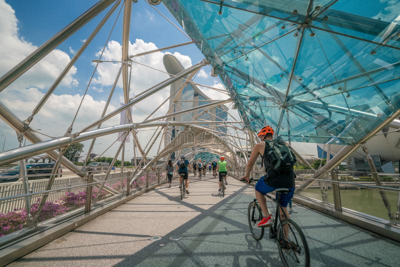 Cyklistridning på spiralbron i Marina Bay, Singapore arkivfoton