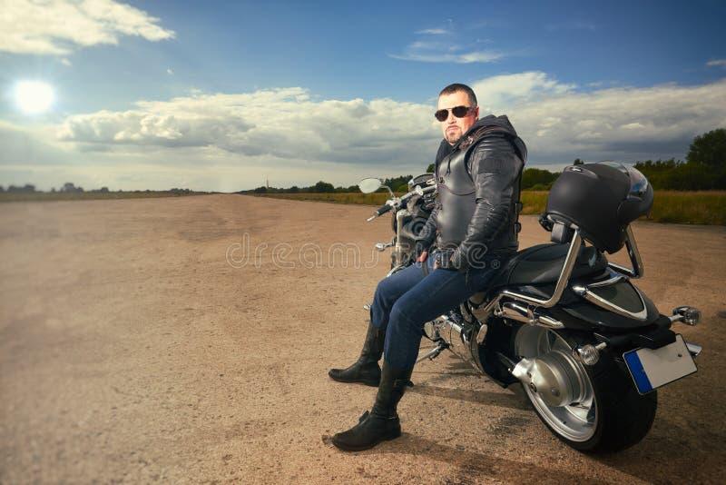 Cyklistsammanträde på en motorcykel royaltyfria bilder