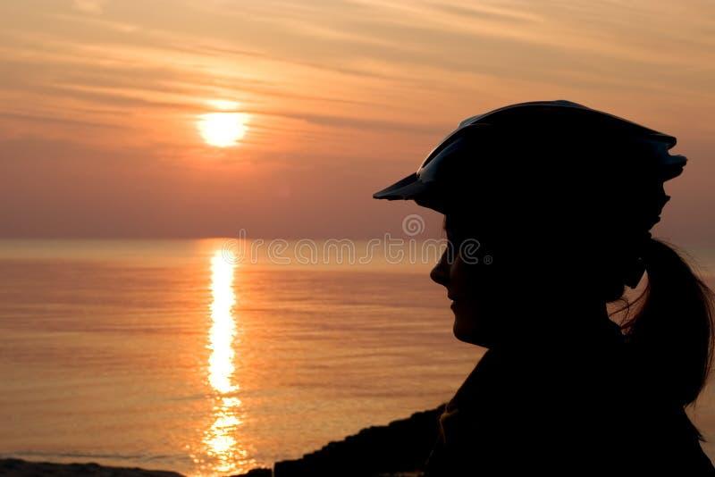 cyklistsilhouettekvinna arkivfoton