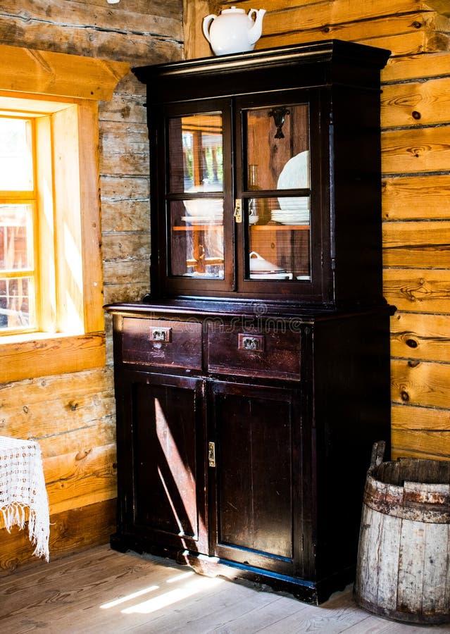 Cylinderskåp av trä med insticksglas i dörren. antikt sk?p. bufferten arkivfoton