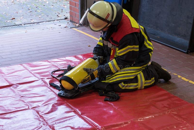 Cylindre d'oxygène en service avec un sapeur-pompier photos stock