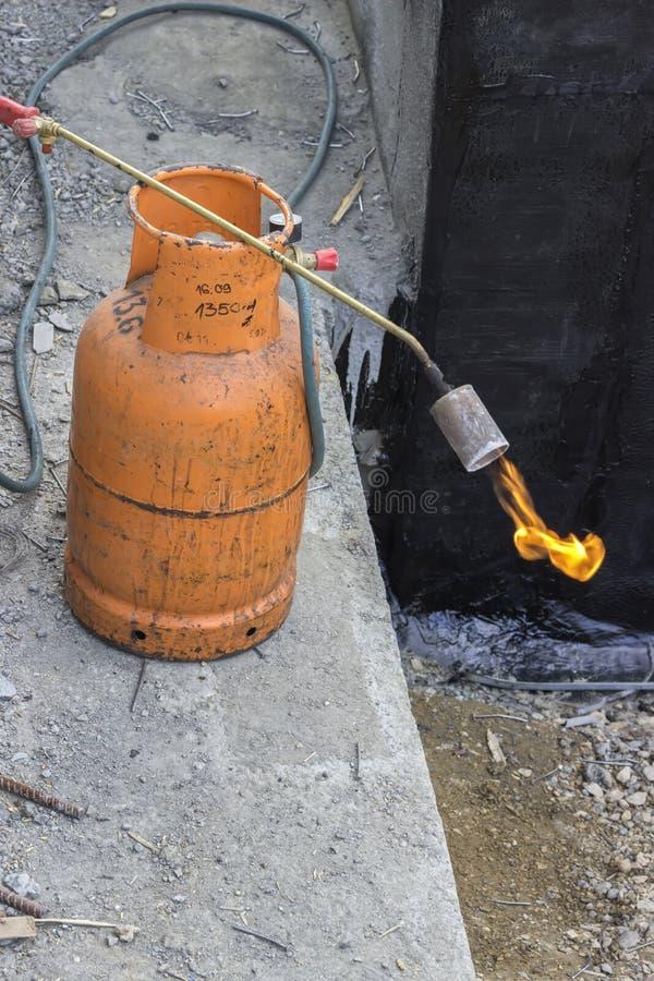 Cylindre de gaz avec la torche sur la flamme photographie stock libre de droits