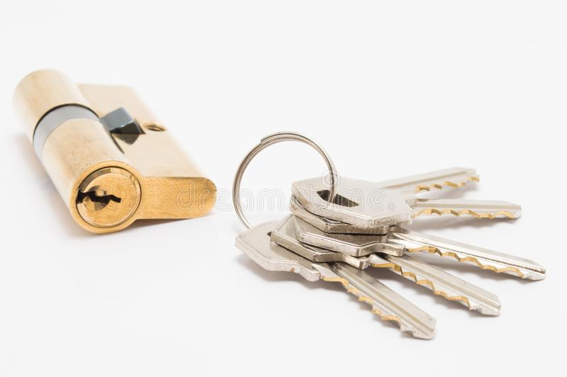 Cylindre de serrure de porte avec le groupe de clés sur le fond blanc photographie stock libre de droits