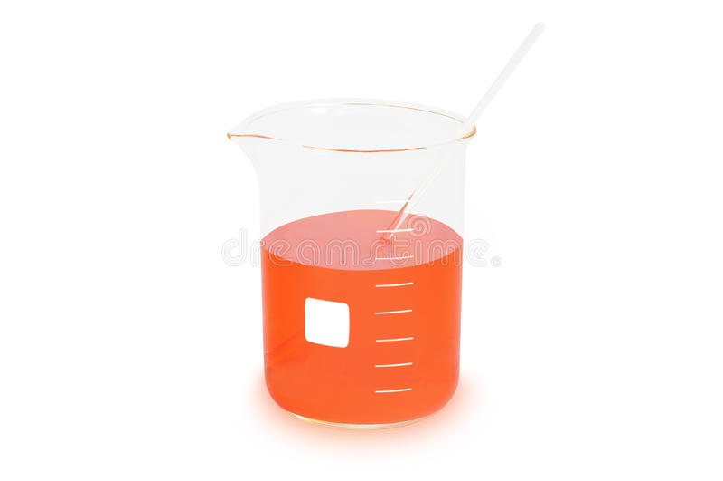 Cylindrisk dryckeskärl (glasföremål) med den orange agens som isoleras på vit bakgrund arkivbilder