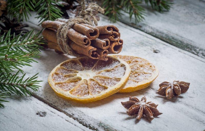 Cynamon, wysuszone pomarańcze, anyż gwiazdy fotografia royalty free
