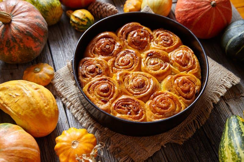 Cynamonowa dyniowa ciasto babeczka stacza się korzennego domowej roboty tradycyjnego Duńskiego piec weganinu cukierki fotografia royalty free