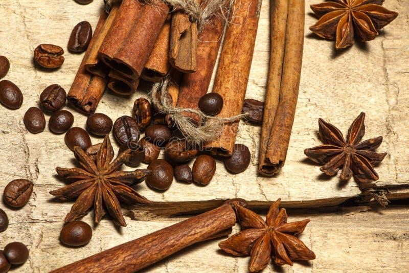 Cynamonowe i kawowe fasole, anyż grają główna rolę - miksturę pikantność na drewnianym stole na widok Zakończenie obraz stock