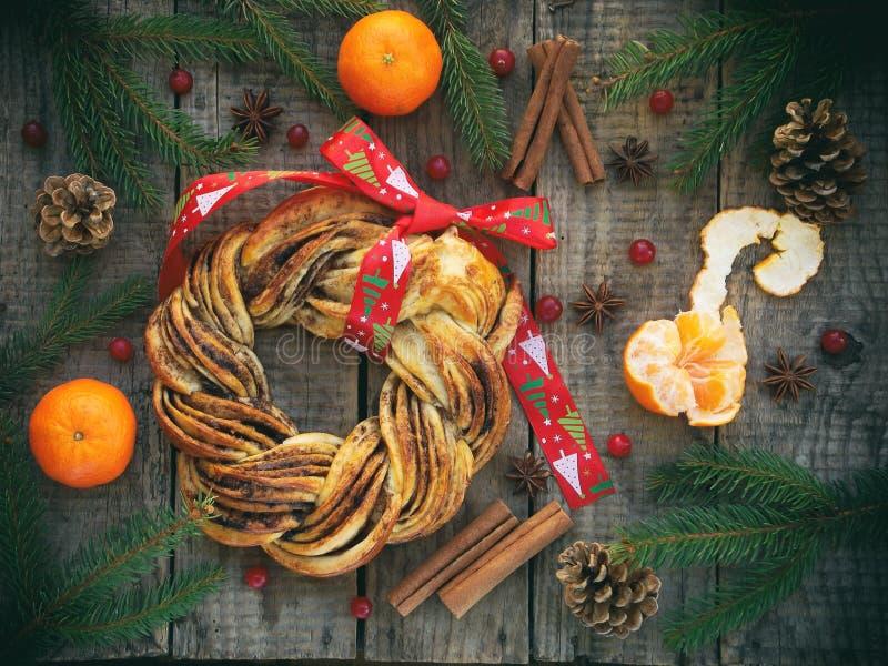 Cynamonowe kakaowe brown cukieru wianku babeczki Słodki Domowej roboty bożych narodzeń piec Stacza się chleb, tangerines, dekorac obraz royalty free