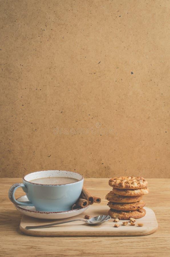 cynamonowi kije, ciastka z, ciastka z dokrętkami i filiżanka kawy na a, dokrętkami i filiżanka kawy/śniadanie z cynamonowymi kija fotografia royalty free