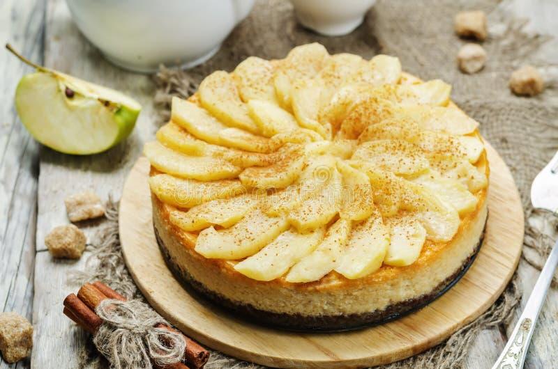 Cynamonowy jabłczany karmelu cheesecake obrazy stock