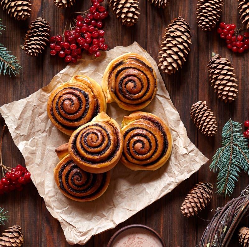 Cynamonowych rolek babeczki z kakaowym plombowaniem Kanelbulle szwedzi deserowi aromatyczne wypiekowe bożych narodzeń ciastek mio fotografia stock