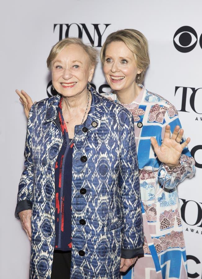 Cynthia Nixon e Jane Greenwood imagens de stock royalty free