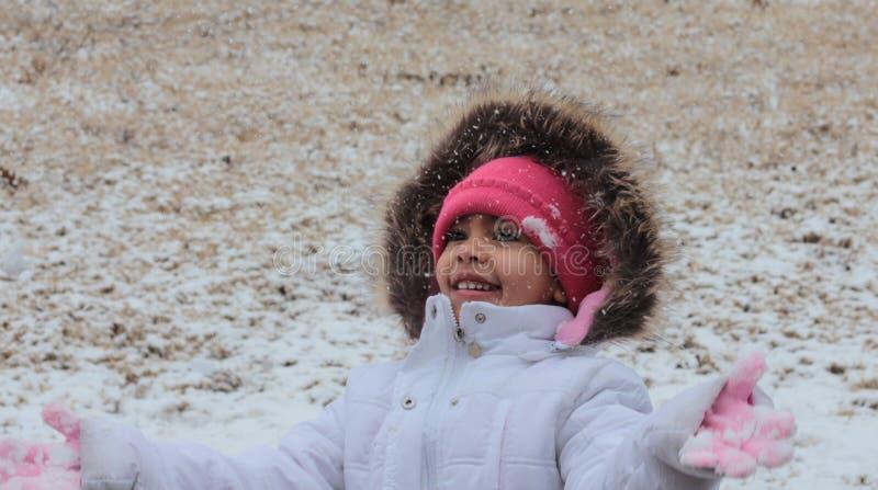 Cyonnah que juega en nieve imagen de archivo libre de regalías