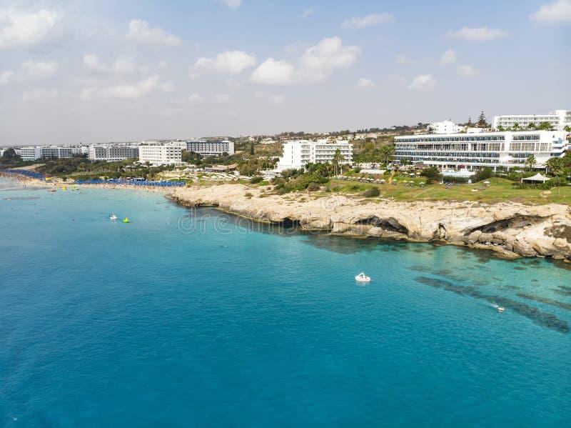 Cypern härlig kustlinje, medelhav av turkosfärg Hus på den turist- staden för medelhavs- kust med en strand arkivbild