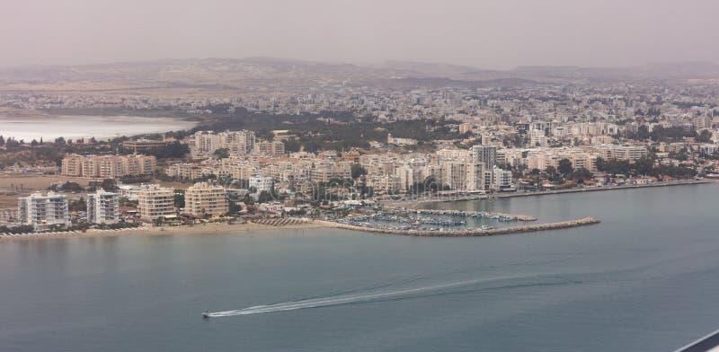 Cypern Larnaca flyg- sikt Mång--våning byggnader, sandig strand, blått hav och himmel royaltyfria bilder