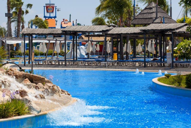 CYPERN LIMASSOL - 14 MAJ 2012: Sikt på waterpark fotografering för bildbyråer