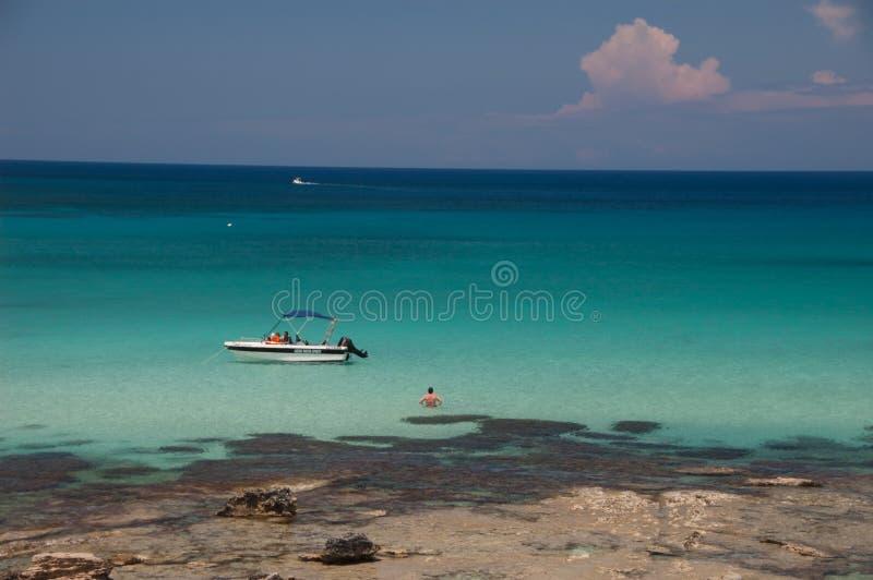 CYPR MAY 15: widok łódź która należy Latchi Wate obrazy stock