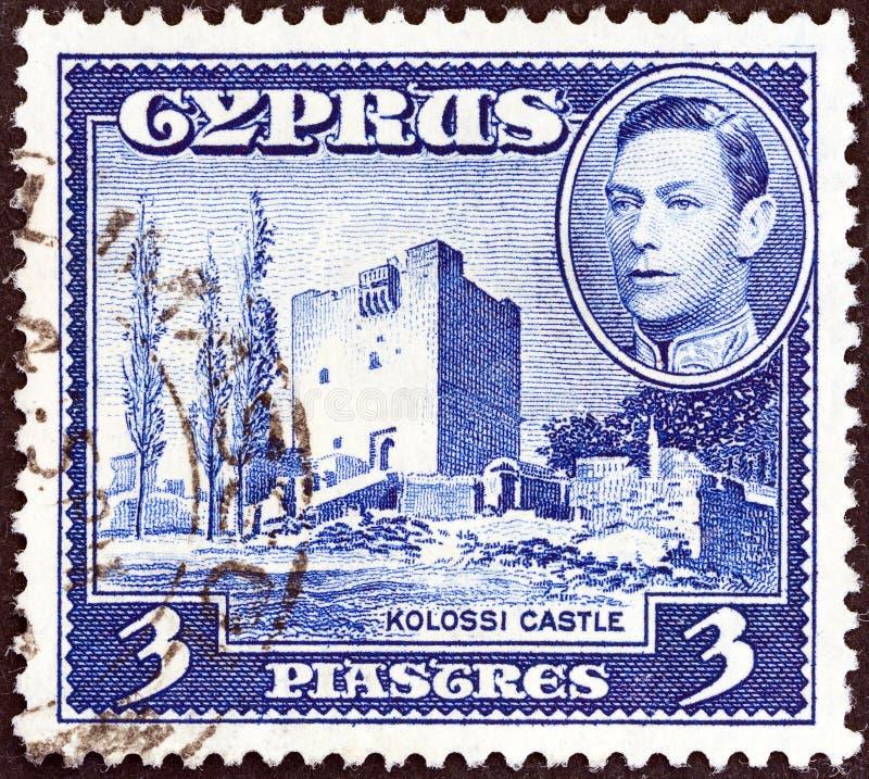 CYPRUS - CIRCA 1938: Een zegel in Cyprus wordt gedrukt toont Kolossi-Kasteel en Koning George VI, circa 1938 die royalty-vrije stock afbeeldingen