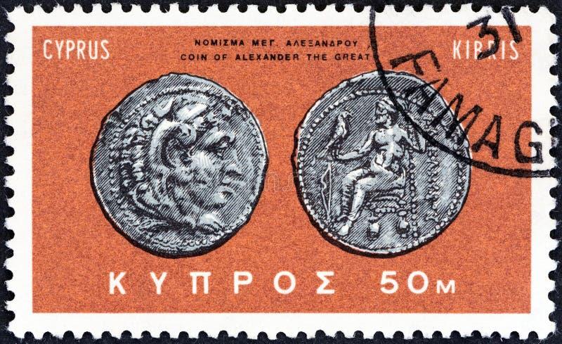 CYPRUS - CIRCA 1966: Een zegel in Cyprus wordt gedrukt toont zilveren muntstuk van Alexander Groot, circa 1966 die stock foto's
