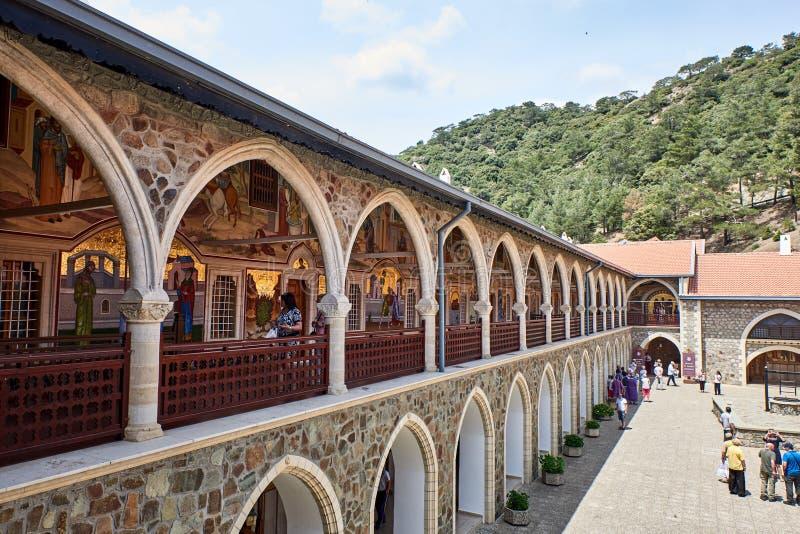cyprus Troodos Kloster av Kykkos Andra borggård loggia Södra vinge Sikt av gallerit arkivfoton
