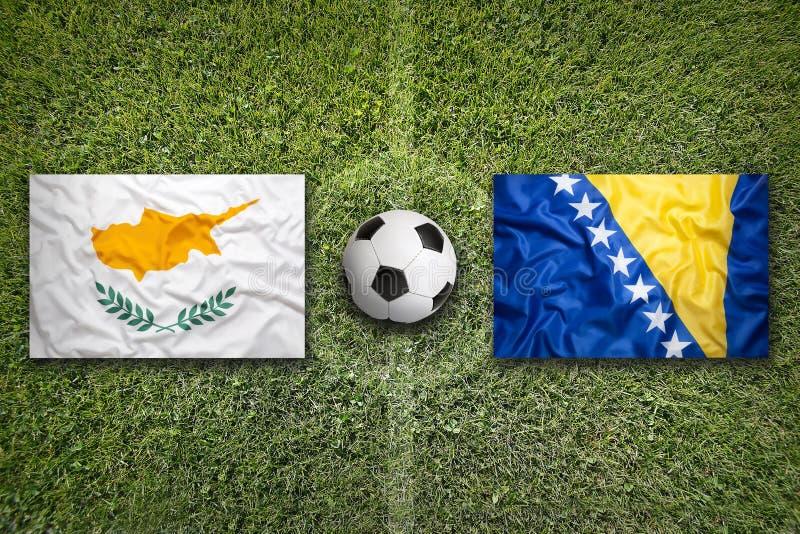 Cyprus versus De vlaggen van Bosnië-Herzegovina op voetbalgebied royalty-vrije stock afbeeldingen