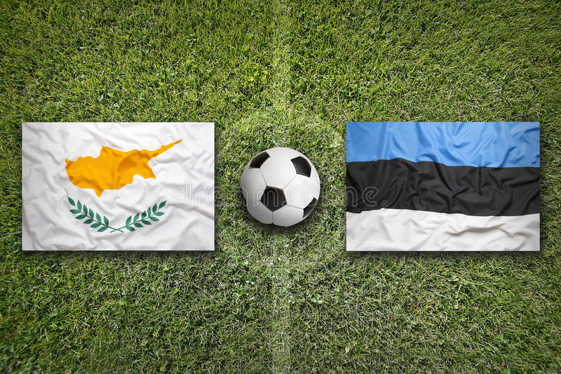 Cyprus versus De vlaggen van Estland op voetbalgebied stock foto's