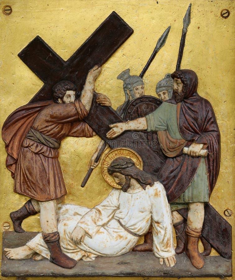 Cyrene的西蒙运载十字架,第5个苦路 库存照片