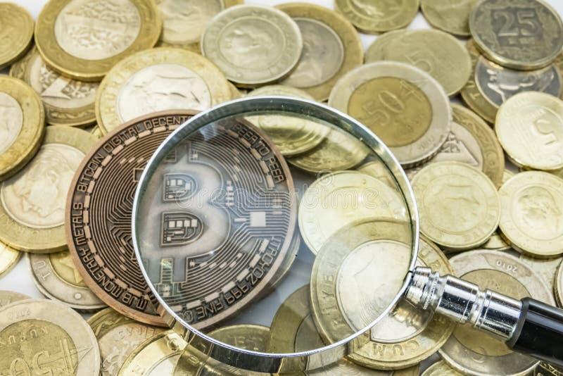 Cyripto金钱采矿 物理bitcoin硬币的关闭 免版税库存照片