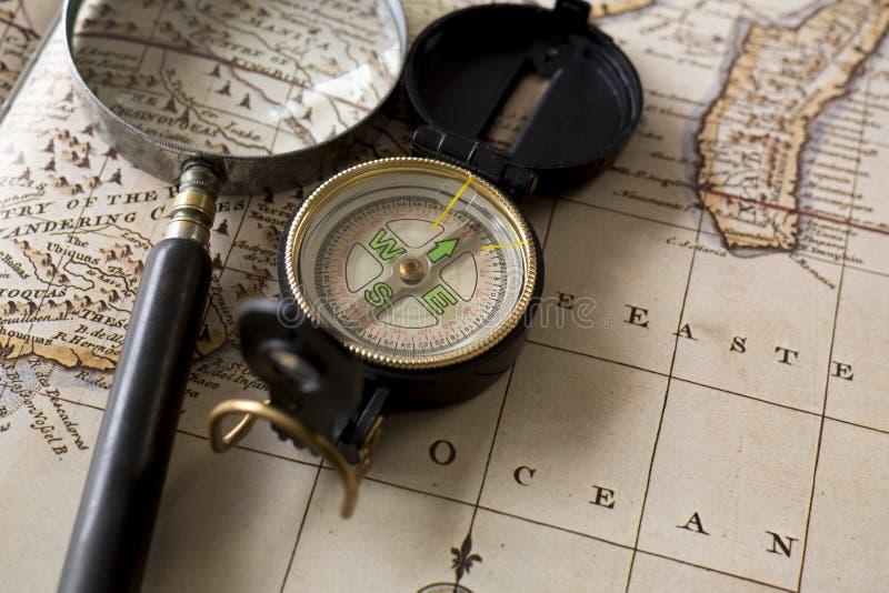 Cyrklowy i powiększający na górze starej mapy - szkło obraz royalty free