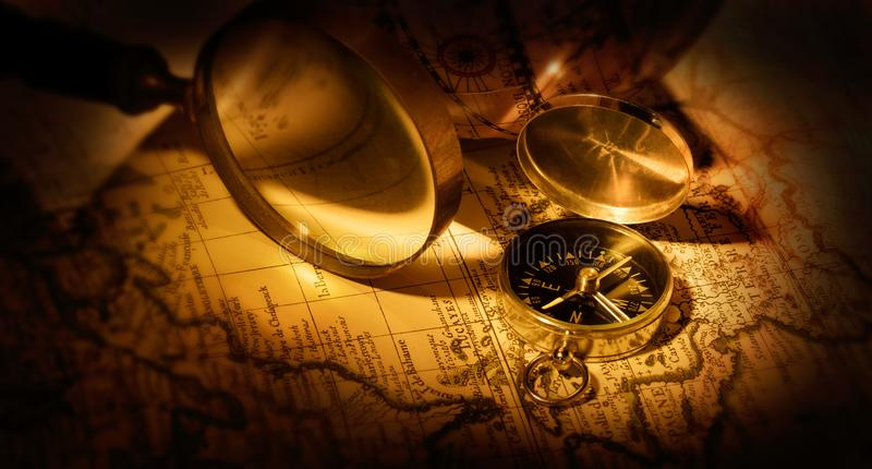 Cyrklowy i powiększający - szkło na starej mapie obraz royalty free