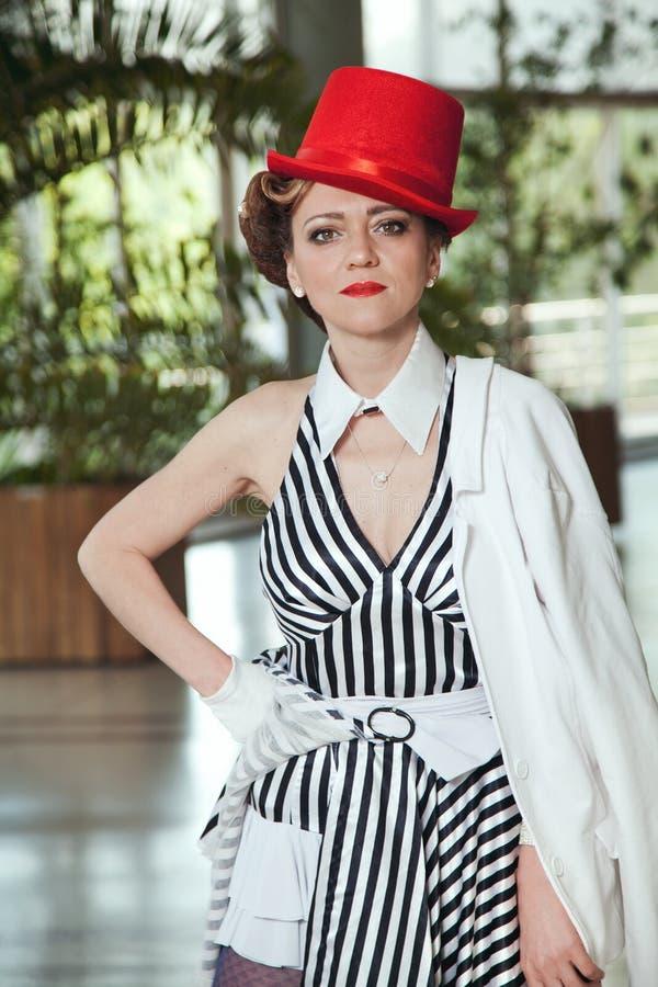 Cyrkowa artysta kobieta w czerwonym kapeluszu zdjęcia stock