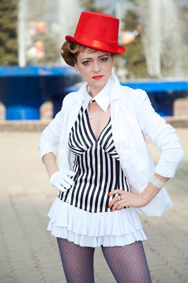 Cyrkowa artysta kobieta w czerwonym kapeluszu zdjęcia royalty free
