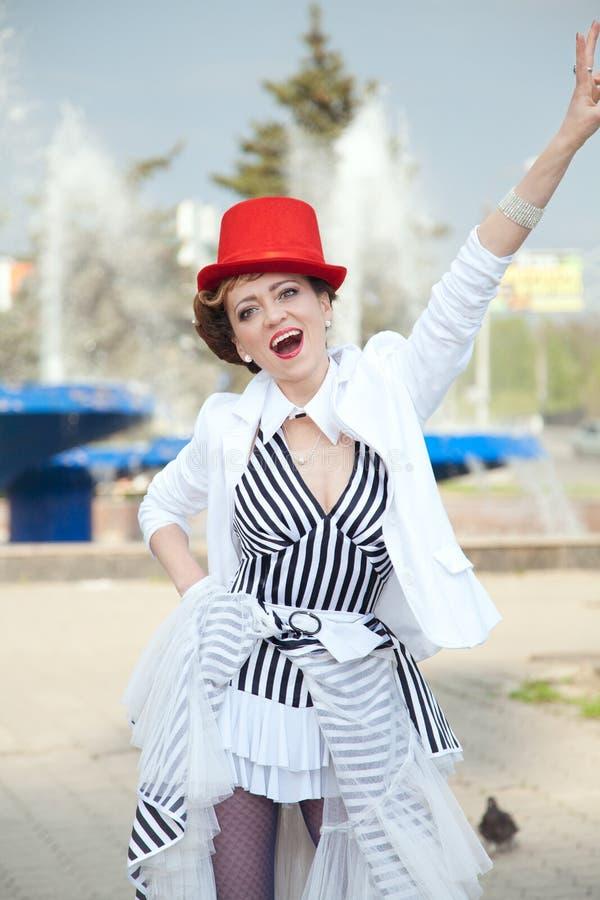 Cyrkowa artysta kobieta w czerwonym kapeluszu outdoors zdjęcia stock