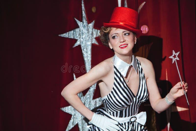 Cyrkowy artysta kobiety magik w łunie światło reflektorów zdjęcie stock