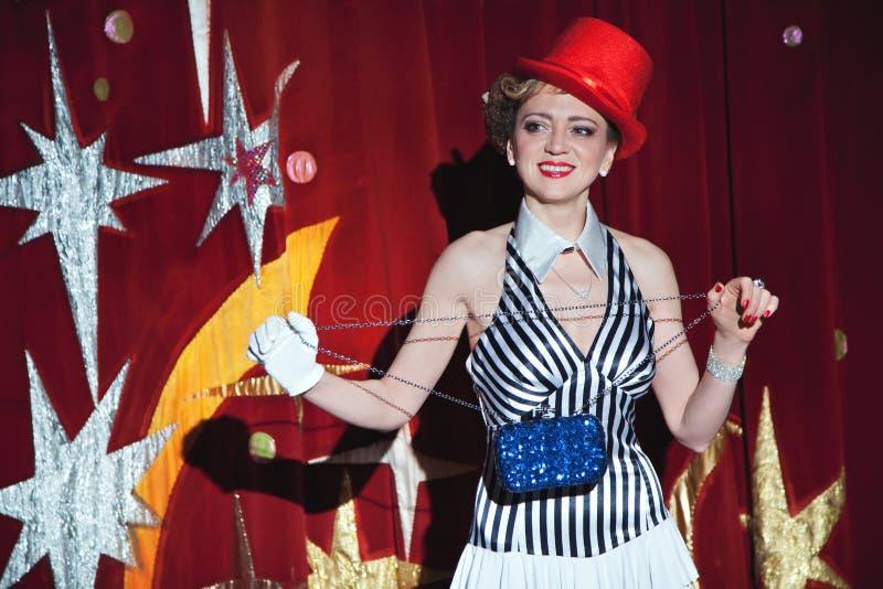 Cyrkowy artysta kobiety magik w łunie światło reflektorów obrazy royalty free